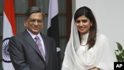 Pakistan's Foreign Minister Hina Rabbani Khar (R) shakes hands with Indian counterpart Somanahalli Mallaiah Krishna before their meeting in New Delhi July 27, 2011.