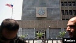 8月2日,美國駐以色列大使館前有警衛。