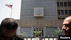 8月2日,美国驻以色列大使馆前有人警卫