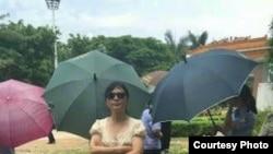 姐姐杨茂平在监狱外期待会见坐牢的弟弟郭飞雄(维权网图片)