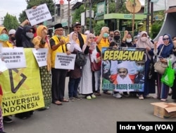 Sejumlah pendukung Muhammad Rizieq Shihab berorasi di dekat Pengadilan Negeri Jakarta Timur menuntut agar Rizieq dibebaskan, Kamis, 24 Juni 2021. (Foto: Indra Yoga/VOA)