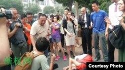 维权人士勾洪国的妻子樊丽丽在天津二中院外被推倒(维权网图片)