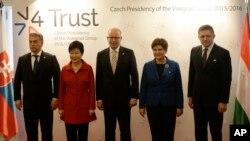 3일 체코 프라하 체르닌궁에서 비세그라드 그룹(V4) 대표들이 기념 사진 촬영을 하고 있다. 왼쪽부터 빅토르 오르반 헝가리 총리, 박근혜 한국 대통령, 보후슬라프 소보트카 체코 총리, 베아타 쉬드워 폴란드 총리, 로베르트 피초 슬로바키아 총리.