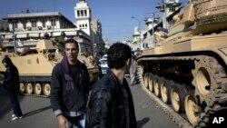 Tenkovi egipatske armije ispred predsedničke palate u Kairu u Egiptu
