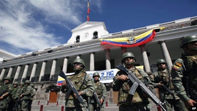 Soldiers fall in in front of the Carondolet presidential palace in Quito, 01 Oct 2010