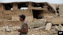 Tentara Irak di depan bagian situs kuno Nimrud yang dihancurkan kelompok Negara Islam (ISIS) di arah tenggara Mosul, Irak (16/11). (AP/Hussein Malla)