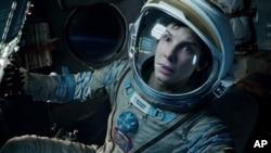 """Sandra Bullock saat bermain dalam film """"Gravity"""" (foto: dok)."""