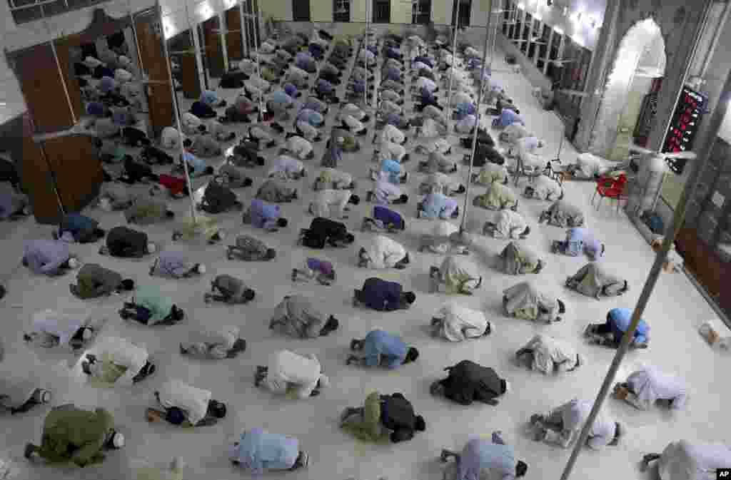 نمازگزاران در مسجدی در شهر کراچی پاکستان و رعایت فاصله اجتماعی