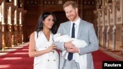 喜得贵子的英国哈里亲王和妻子梅根抱着婴儿亮相。(2019年5月8日)