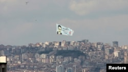 Melih Gökçek'in seçim kampanyası sırasında Ankara semalarında uçurulan portreli seçim afişi