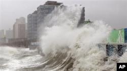 Sóng cao do bão Sanba gây ra trên bãi biển Haeundae ở Busan, phía nam Seoul, Hàn Quốc, ngày 17/9/2012