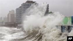 Topan Sanba melanda pantai Haeundae di Busan, selatan Seoul, Korea selatan hari Senin (17/9).