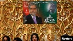 Pendukung kandidat presiden Afghanistan Abdullah Abdullah mendengarkan pidatonya di hari pertama kampanye pemilihan presiden di Kabul 2 Februari 2014.
