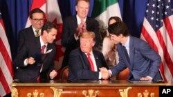 美国总统特朗普(中),加拿大总理特鲁多(右)和墨西哥总统涅托(左)签署了《美墨加协议》,取代了1994年生效的《北美自由贸易协定》。(2018年11月30日)