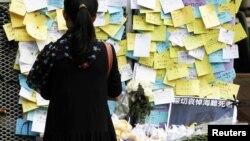 4일 홍콩에서 선박 충돌 사고 희생자들을 추모하기 위해 남겨진 메모와 꽃.