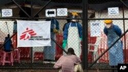一位带有埃博拉症状的男子等待获准进入蒙罗维亚一处治疗中心的入口。(2014年9月29日)
