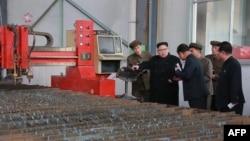 """资料照:朝鲜领导人金正恩参观""""3月16日工厂""""(2017年11月4日)"""