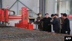 """Arhiva - Severnokorejski lider Kim Džong Un, u centru, tokom posete fabrici """"16. mart"""" na fotografiji koju je objavila državna novinska agencija Severne Koreje KCNA, 4. novembra 2019."""