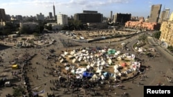 Para pengunjuk rasa berkumpul dan berkemah di Lapangan Tahrir, Kairo, Mesir (Foto: dok). Orang-orang bertopeng tak dikenal menembaki warga yang berkemah di lapangan ini, saat dua kubu baik pendukung maupun penentang presiden Morsi mempersiapkan aksi unjuk rasa, Selasa (11/12).