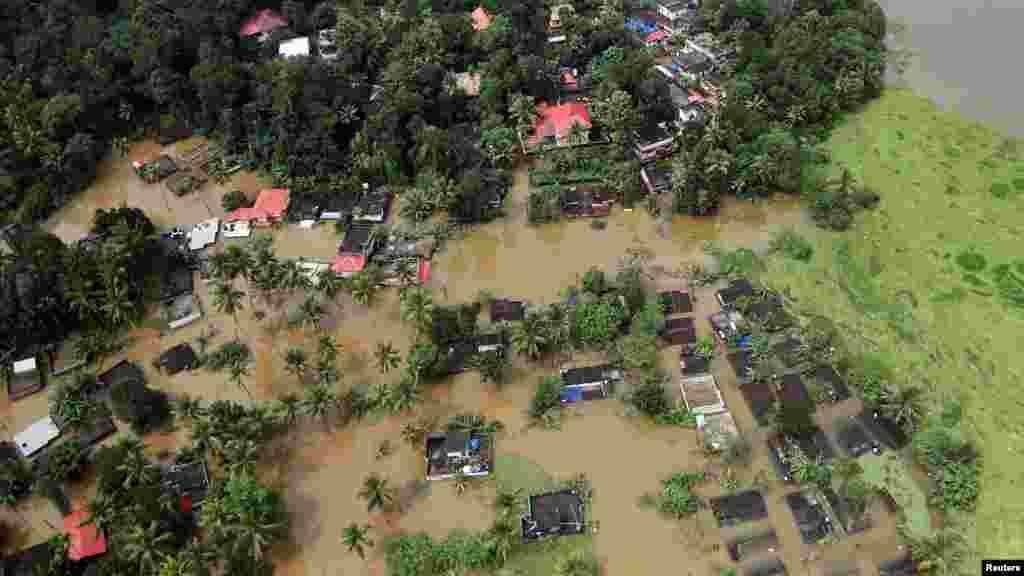 به دنبال بارندگیهای موسمی در ایالت کرالا در جنوب هند و جاری شدن سیل، اهالی آن منطقه بیسرپناه شدهاند
