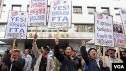 Manifestantes conservadores protestaron cerca la Asamblea Nacional en Seúl, reclamando la aprobación del TLC con EE.UU.