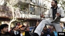 En El Cairo se produjeron protestas frente a la embajada de Libia, donde los manifestante reclamaron la renuncia de Gadhafi.