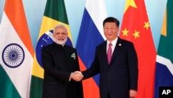 Chủ tịch Trung Quốc Tập Cận Bình (phải) và Thủ tướng Ấn Độ Narendra Modi, tại hội nghị BRICS, Hạ Môn, ngày 5/9/2017.