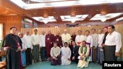 ပုပ္ရဟန္းမင္းႀကီး Francis က ျမန္မာျပည္တြင္းက ဘာသာစံုေခါင္းေဆာင္ေတြနဲ႔ ေတြ႔ဆံုစဥ္။ (ႏိုဝင္ဘာ ၂၈၊ ၂၀၁၇) Osservatore Romano/Handout