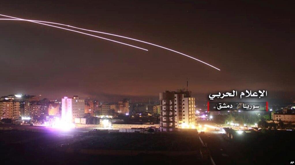 Una foto proporcionada por la oficina de prensa del ejercito sirio muestra el ataque con misiles en Damasco.