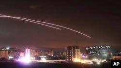 Des missiles dans le ciel alors que des missiles israéliens touchent la défense aérienne et d'autres bases militaires, à Damas, en Syrie, le 10 mai 2018 (Média militaire central syrien)