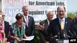 Dân biểu Mỹ Brad Sherman và các thành viên Quốc hội thuộc đảng Dân chủ tổ chức họp báo để phản đối thỏa thuận thương mại TPP.