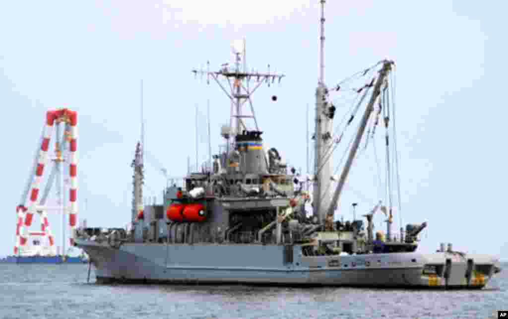 2010年4月美国救援打捞舰在黄海帮助韩国打捞在3月25日被击沉的军舰