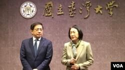 台大校長管中閔(左)和副校長周家蓓12月2日在台大行政樓第一會議廳就香港訪問生來台暫讀事宜向媒體簡報。(齊勇明, 美國之音)