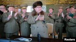 김정은 북한 국방위원회 제1위원장이 올해도 미국 시사주간지가 선정한 전세계 영향력 있는 인물 100명에 포함됐다. 김정은 북한 국방위원회 제1위원장이 신형 대구경 방사포 사격을 현지에서 지도했다고 조선중앙통신이 지난달 22일 보도했다. (자료사진)