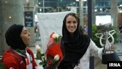 نیلوفر اردلان کاپیتان غایب تیم ملی فوتسال ایران (راست) به استقبال هم تیمی های خود، که قهرمان آسیا شدند، رفت - مهر ۱۳۹۴