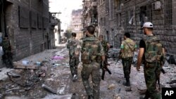Suriya askarlari Halab ko'chalarini nazorat qilmoqda, 24-sentabr, 2012-yil.