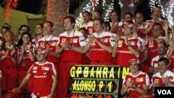 Tim Ferrari merayakan kemenangan di paddock pada GP Bahrain bulan Maret 2010. Alonso menjuarai GP Bahrain dan Massa berada di urutan kedua. Situasi keamanan yang tidak menentu membuat penyelenggaraan GP Bahrain tahun ini terganggu.