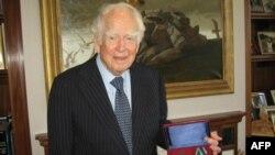 Дональд Кендалл в своем кабинете с российским орденом Дружбы