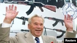 러시아 소총 AK-47 발명자 칼라슈니코프가 지난 2007년 국방에 기여한 공로로 훈장을 수여 받았다.