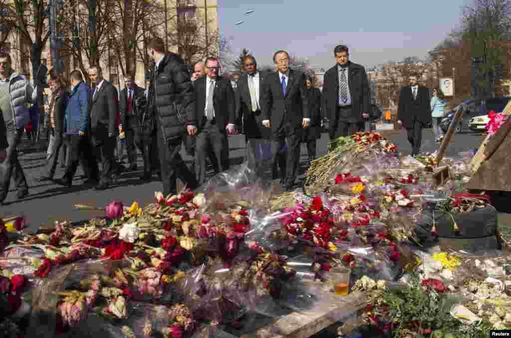 در میدان استقلال کیف، دبیرکل سازمان ملل متحد به قربانیان خشونت های اوکراین ادای احترام کرد - ۲ فروردین ۱۳۹۳