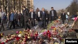 Sekjen PBB Ban Ki-moon mengunjungi tugu peringatan darurat di Kyiv 22 Maret 2014.