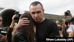 Украинский режиссер Олег Сенцов обнимает свою дочь после прибытия в Киев, 7 сентября 2019 года