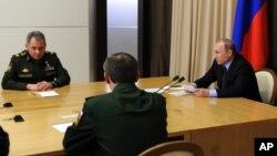 지난 10일 러시아 소치에서 블라디미르 푸틴 러시아 대통령(오른쪽)과 세르게이 쇼이구 러시아 국방장관이 각료회의에 참석했다. 이날 회의에서 푸틴 러시아 대통령은 시리아에서 활약하는 러시아 군의 무기를 극찬했다. (자료사진)