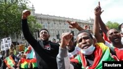 រូបឯកសារ៖ បាតុករតវ៉ានៅទីក្រុងឡុងដ៍ប្រទេសអង់គ្លេស កាលពីថ្ងៃទី៣ ខែកក្កដា ឆ្នាំ២០២០ ដើម្បីប្រឆាំងនឹងការប្រព្រឹត្តរបស់រដ្ឋាភិបាលអេត្យូពីចំពោះជនជាតិ Oromo។