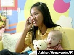 Bé trai mắc hội chứng Down bị cặp vợ chồng Australia bỏ lại Thái Lan và người mang thai hộ Pattaramon Chanbua.