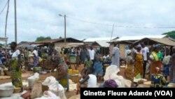 Vendeuses de maïs et autres céréales, le 27 septembre 2019. ( VOA/Ginette Fleure Adande)