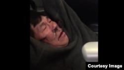 Dr. David Dao, penumpang pesawat United Airlines yang diseret paksa keluar pesawat (foto: dok).