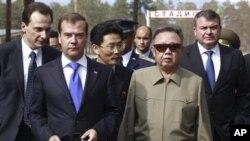 មេដឹកនាំកូរ៉េខាងជើង Kim Jong Il (ស្តាំ) និងប្រធានាធិបតីរុស្ស៊ី  Dmitry Medvedev (ខាងឆ្វេងទី២) ដើរក្នុងអំឡុងពេលនៃជំនួបមួយក្នុងបន្ទាយយោធានៅខាងក្រៅរដ្ឋធានីម៉ូស្គូ ថ្ងៃទី២៤ ខែសីហា ឆ្នាំ២០១១។