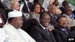 Le président gabonais Ali Omar-Bongo (à gauche), son homologue ivoirien Alassane Quattara (centre) et Jean Ping, alors président de la Commission de l'Union africaine, (à droite) participent à l'investiture du président Goodluck Jonathan à Abuja, Nigeria,