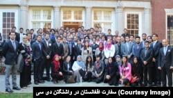 شماری از فارغان افغان برنامۀ فلبرایت در سفارت افغانستان در واشنگتن دی سی